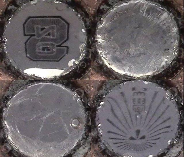 Los investigadores han desarrollado una forma de cambiar dinámicamente la superficie del metal líquido entre estados reflectantes (arriba a la izquierda y abajo a la derecha) y de dispersión (arriba a la derecha e abajo a la izquierda).