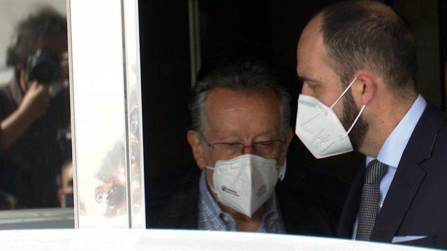 Archivo - El exvicealcalde Alfonso Grau sale detenido de su casa