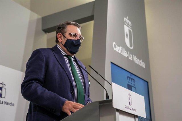 El consejero de Sanidad, Jesús Fernández Sanz, informa sobre los acuerdos del Consejo de Gobierno relacionados con su departamento.