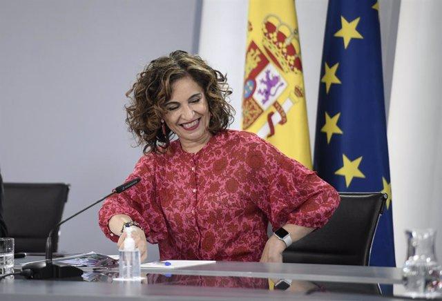 La ministra de Hacienda, María Jesús Montero; sonríe a su llegada a una rueda de prensa posterior al Consejo de Ministros, a 15 de junio de 2021, en La Moncloa, Madrid, (España). Durante la comparecencia, donde han informado sobre los acuerdos a los que h