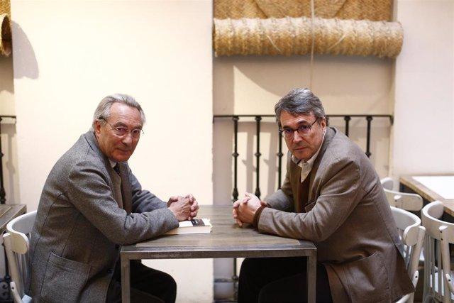 Archivo - Los poetas, Jacobo Cortines y Andrés Trapiello en la presentación de Pasión y paisaje. Poesía Reunida, foto de archivo