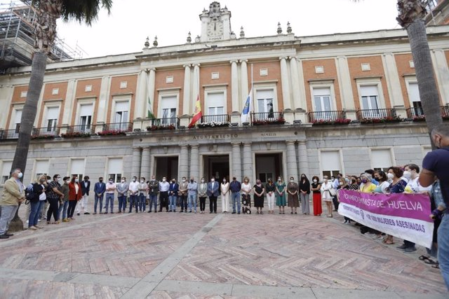 Minuto de silencio en el Ayuntamiento de Huelva por la muerte por presunta violencia de género de la reportera gráfica onubense Alicia Rodríguez.