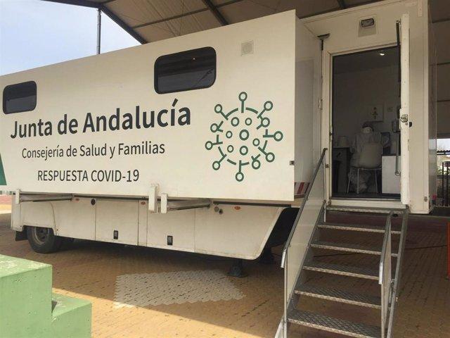 Archivo - Unidad móvil de vacunación del covid de la Junta de Andalucía.