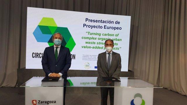 El alcalde de Zaragoza, Jorge Azcón, y el consejero delegado de Urbaser, José  María López Piñol, preparados para firmar el convenio de Circular Biocarbón por el que se créará una biorrefineria de residuos organicos en Zaragoza