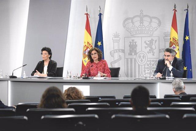 (E-D) La ministra d'Educació i Formació Professional, Isabel Celaá; la ministra d'Hisenda, María Jesús Montero; i el ministre de Cultura, José Manuel Rodriguez Uribes, en una roda de premsa posterior al Consell de Ministres.