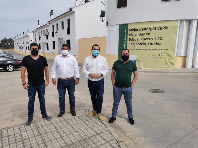El delegado de Fomento, Infraestructuras y Ordenación del Territorio en Huelva, José Manuel Correa, en su visita a las obras para la mejora de la eficiencia energética en 22 viviendas en la barriada de El Puerto en Campofrío (Huelva)