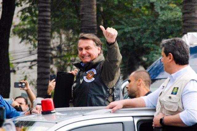 El presidente de Brasil, Jair Bolsonaro, participa en una caravana a su favor en Sao Paulo.