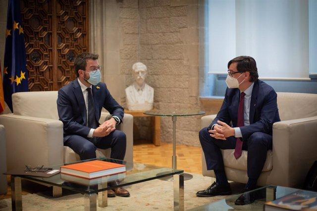 El president de la Generalitat, Pere Aragonès, en una reunió amb el líder del PSC al Parlament, Salvador Illa.