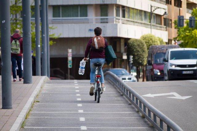 Archivo - Ciclista transita por un carril bici en Valladolid.