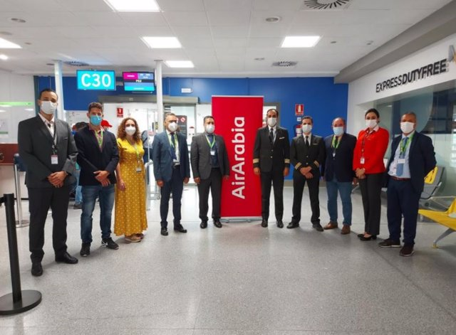 El director y la responsable comercial del aeropuerto, junto a la tripulación del primer vuelo, el cónsul de Marruecos en Algeciras, el director de la Oficina de Turismo de Marruecos en Andalucía y el responsable de Mundimaroc.