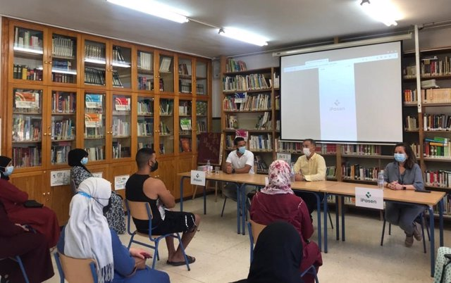Reunión de Jiménez con los padres del CEIP El Puche, en Almería