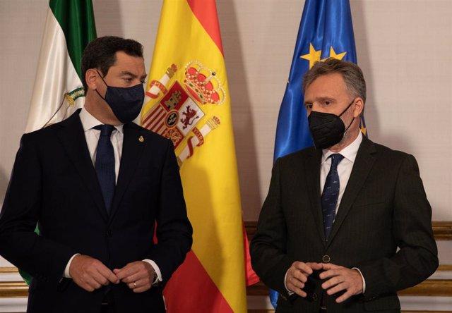 El presidente de la Junta, Juanma Moreno (i), se reúne con el portavoz del grupo parlamentario del PSOE-A, José Fiscal (d), antes de reunirse, con el presidente del Gobierno, Pedro Sánchez, a 15 de junio de 2021, en el Palacio de San Telmo de Sevilla, And