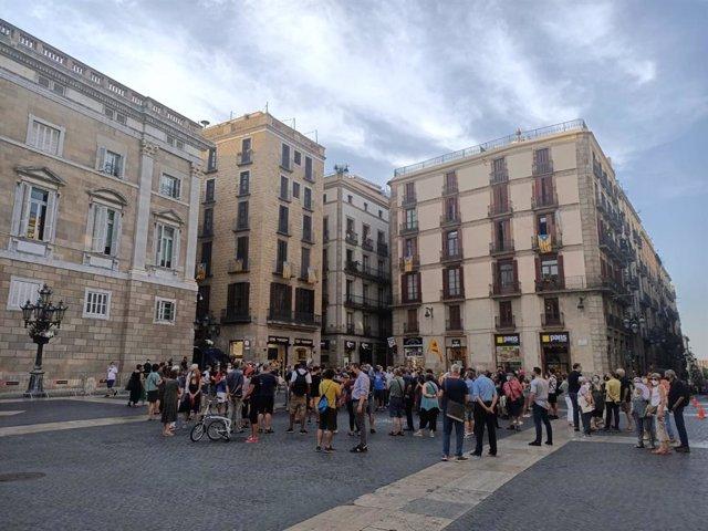 Unas 200 personas protestan en la plaza Sant Jaume de Barcelona por la visita del rey este miércoles.