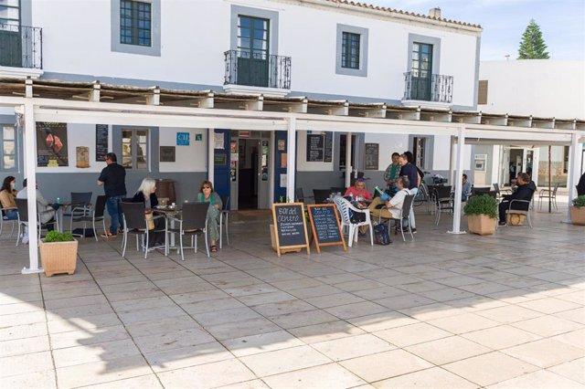 Archivo - Clientes en la terraza del Bar del Centro. Formentera.