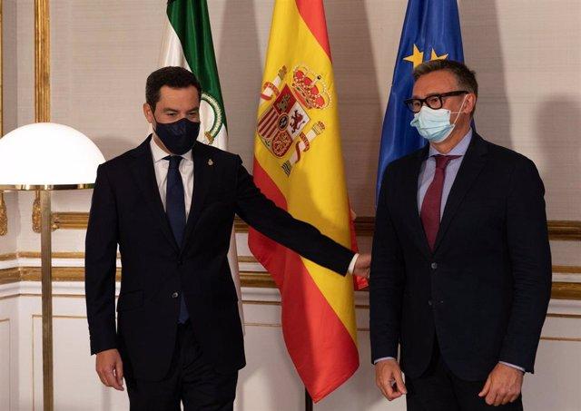 El presidente de la Junta, Juanma Moreno (i), se reúne con el portavoz del grupo parlamentario de Vox , Manuel Gavira (d), antes de reunirse, con el presidente del Gobierno, Pedro Sánchez, a 15 de junio de 2021, en el Palacio de San Telmo de Sevilla, Anda