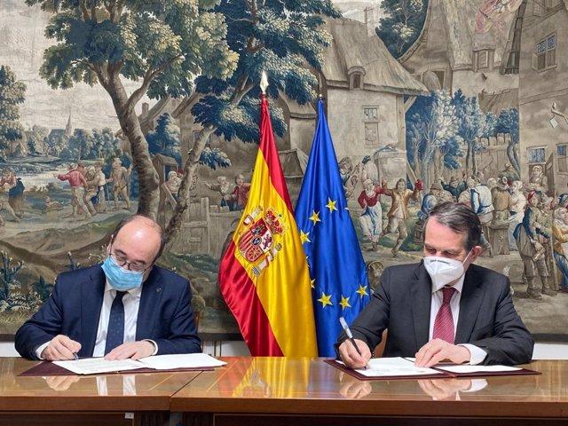 Abel Caballero y Miquel Iceta firman el convenio que canaliza a la FEMP la subvención de 2,1 millones de euros, prevista en los PGE para 2021, y destinada a la cobertura de gastos de funcionamiento de la Federación