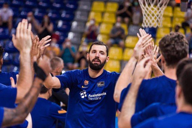 Nikola Mirotic salta a la pista saludando a sus compañeros