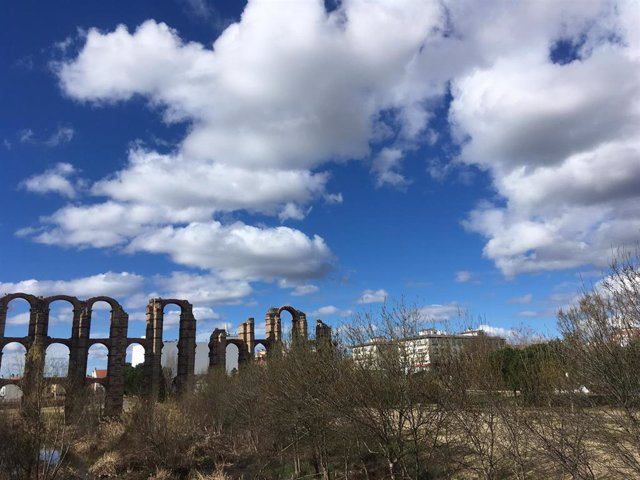 Archivo - Intervalos nubosos nubes