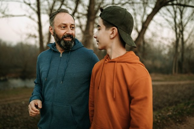 Archivo - Padre e hijo dando un paseo.