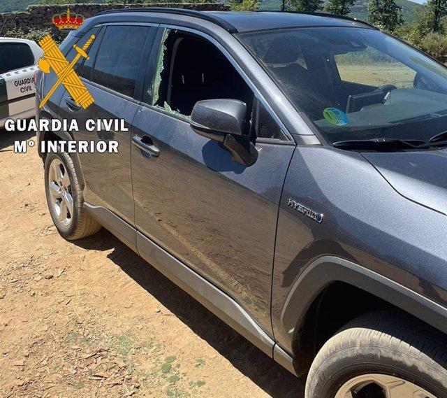 Uno de los coches en los que rompió la ventanilla para robar en los entornos de Candelario.