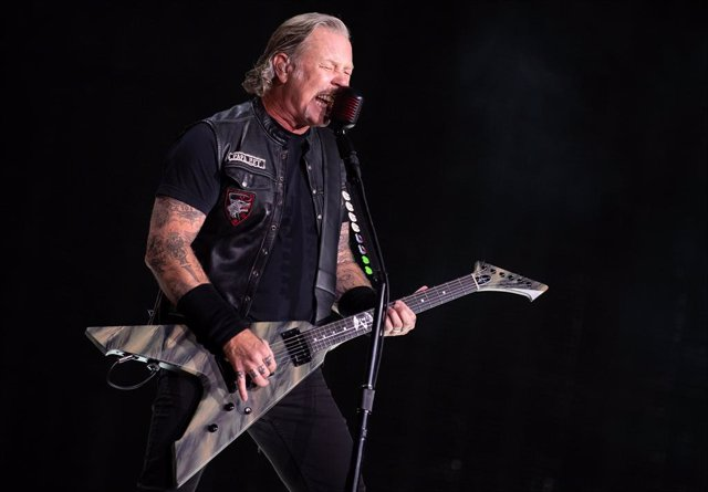 Archivo - FILED - 23 August 2019, Bavaria, Munich: James Hetfield from the American heavy metal band Metallica preforms on stage during the band's WorldWired tour. Metallica announced that James Hetfield has gone into rehab as New Zealand and Australia to