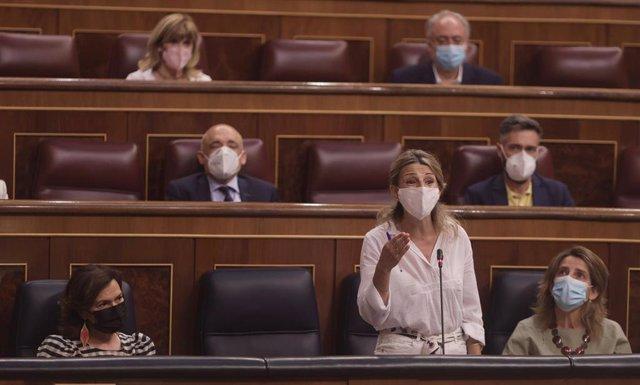 La vicepresidenta tercera del Gobierno y ministra de Trabajo y Economía Social, Yolanda Díaz, interviene en una sesión de control al Gobierno en el Congreso