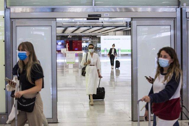 Pasajeros a su llegada a las instalaciones de la Terminal T4  del Aeropuerto Adolfo Suárez Madrid-Barajas