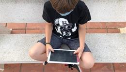 Un menor con una tablet