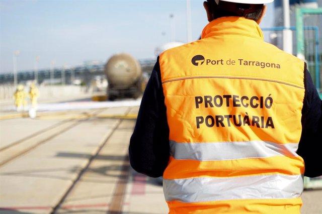 Archivo - Un trabajador de Protección Portuaria