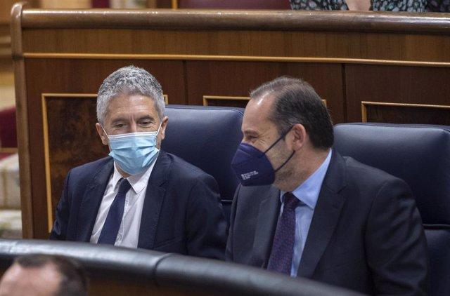 El ministro de Interior, Fernando Grande-Marlaska (i); y el ministro de Transportes, Movilidad y Agenda Urbana, José Luis Ábalos, durante una sesión de control al Gobierno