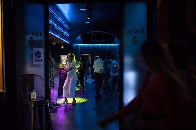 Archivo - Arxiu - Diverses persones en un bar musical.
