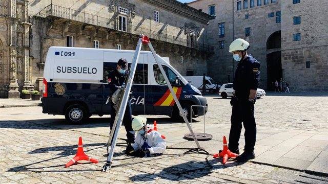 Agentes de la Unidad Especial de Subsuelo y Protección Ambiental operando en un alcantarillado en la ciudad de Santiago de Compostela