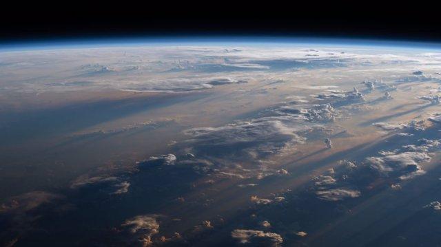 El amanecer ilumina la atmósfera de la Tierra, visto desde la Estación Espacial Internacional.