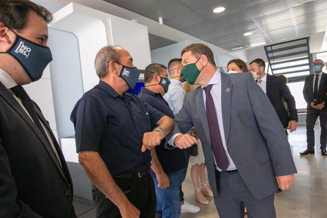 El presidente de Castilla-La Mancha, Emiliano García-Page, asiste  a la presentación de la planta piloto de producción de celdas para baterías de la empresa Phi4tech.