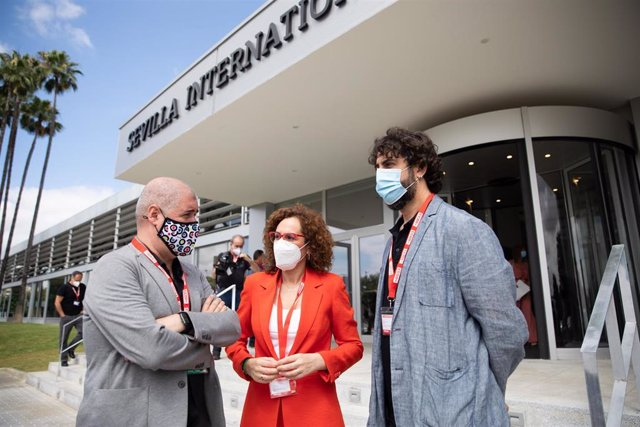 La secretaria general de CCOO-A, Nuria López, esperando al presidente del la Junta de Andalucía antes de  la inauguración del XIII congreso regional del sindicato CCOO, 16 de junio 2021 en Sevilla, Andalucía, España