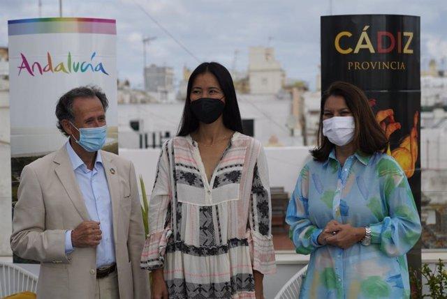 La delegada de Turismo, María Jesús Herencia, el diputado provincia, José María Román y la experta en yoga Xuan Lan