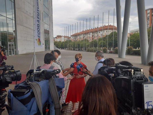 La consejera vasca Arantxa Tapia realiza declaraciones a los medios junto al BEC, en Barakaldo.