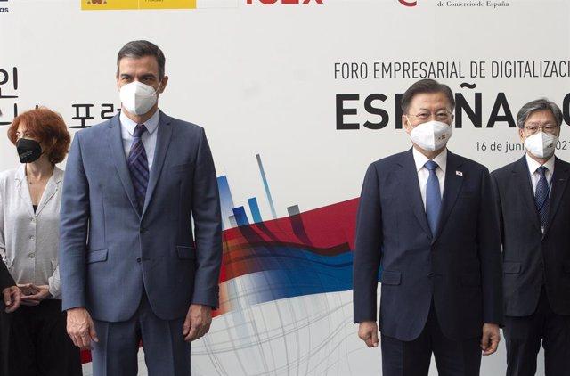 El presidente del Gobierno, Pedro Sánchez, y el presidente de Corea del Sur, Moon Jae In