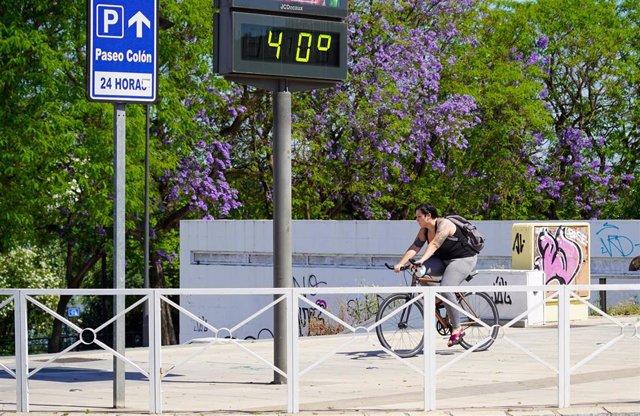Archivo - Termómetro a 40 grados en el primer día de uso obligatorio de mascarillas en Sevilla a 21 de mayo del 2020