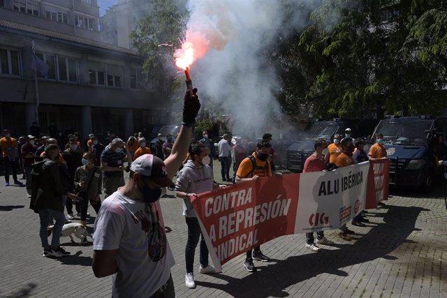 Componentes del Comité de empresa de Alu Ibérica A Coruña participan con una pancarta y bengalas en una concentración ante la antigua Audiencia Provincial, a 20 de mayo de 2021, en A Coruña, Galicia, (España).