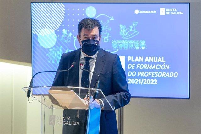 El conselleiro de Cultura, Educación e Universidade, Román Rodríguez, presenta el 'Plan de Formación do Profesorado do curso 2021-2022'.