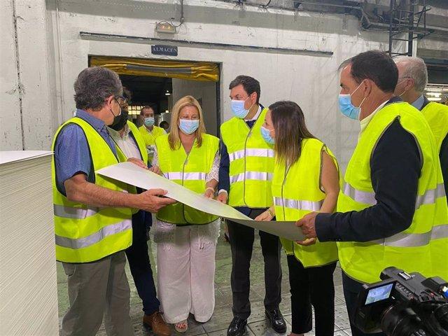 El consejero de Economía, Carlos Fernández Carriedo, visita Sarrió Papelera de Almazán donde la Junta colabora con la inversión en las instalaciones.
