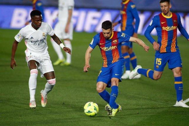 Archivo - Vinicius (Real Madrid) y Messi (Barcelona)