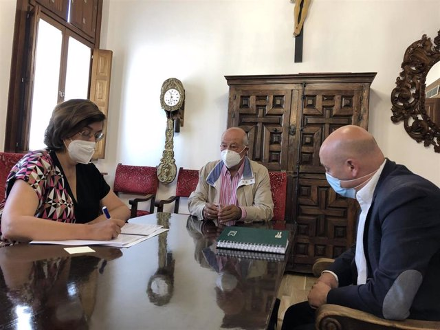 Imagen de la reunión de la presidenta de la Diputación, Ángeles Armisén, con el alcalde de Mazariegos, Anastasio Morate, (c) y el diputado de zona, Luis Calderón.