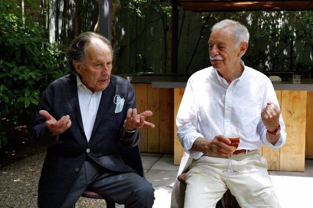 El autor Jesús Ulled junto al escritor Eduardo Mendoza