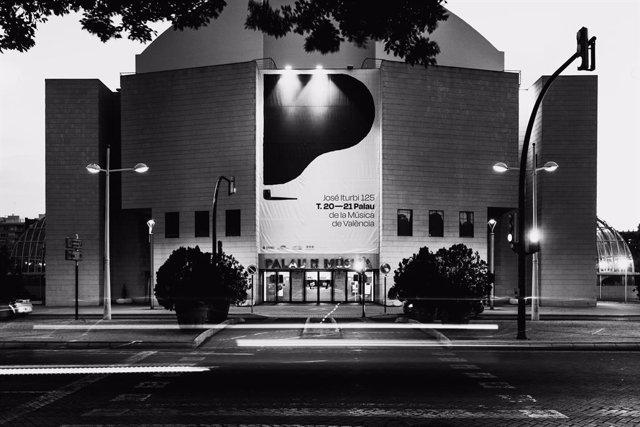 Imagen de archivo del Palau de la Música de València con la campaña gráfica 'José Iturbi 125', diseñada por Diego Mir