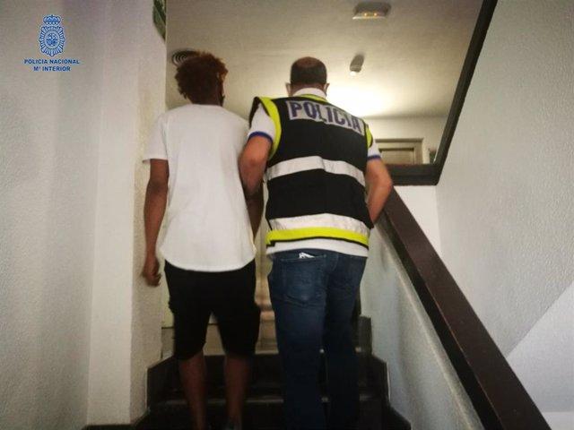 Momento de la detención de uno de los jóvenes por arrojar botellas de cristal a varios policías.