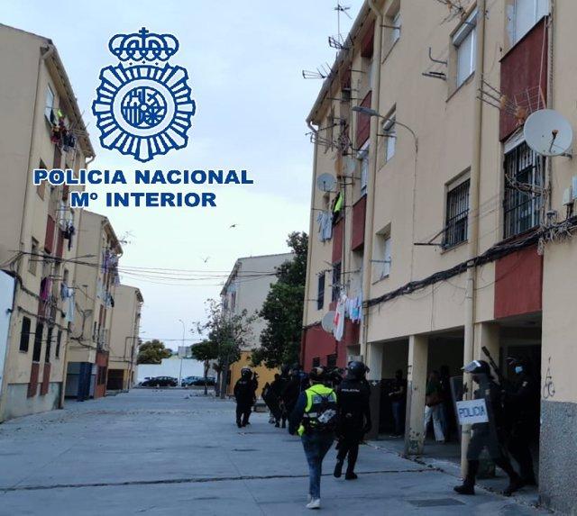 Agentes de la Policía en la operación desarrollada contra el narcotráfico en La Línea, Algeciras y Málaga