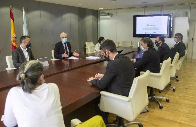 El vicepresidente segundo y conselleiro de Economía, Empresa e Innovación, Francisco Conde, asiste a la reunión del Hub de innovación digital Datalife.