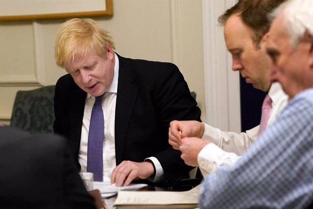 Archivo - El primer ministro de Reino Unido, Boris Johnson, y el ministro de Salud, Matt Hancock, en una reunión sobre la COVID-19 celebrada en Downing Street.